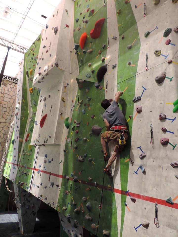 muro de escalada en altura en bogota Rocopolis
