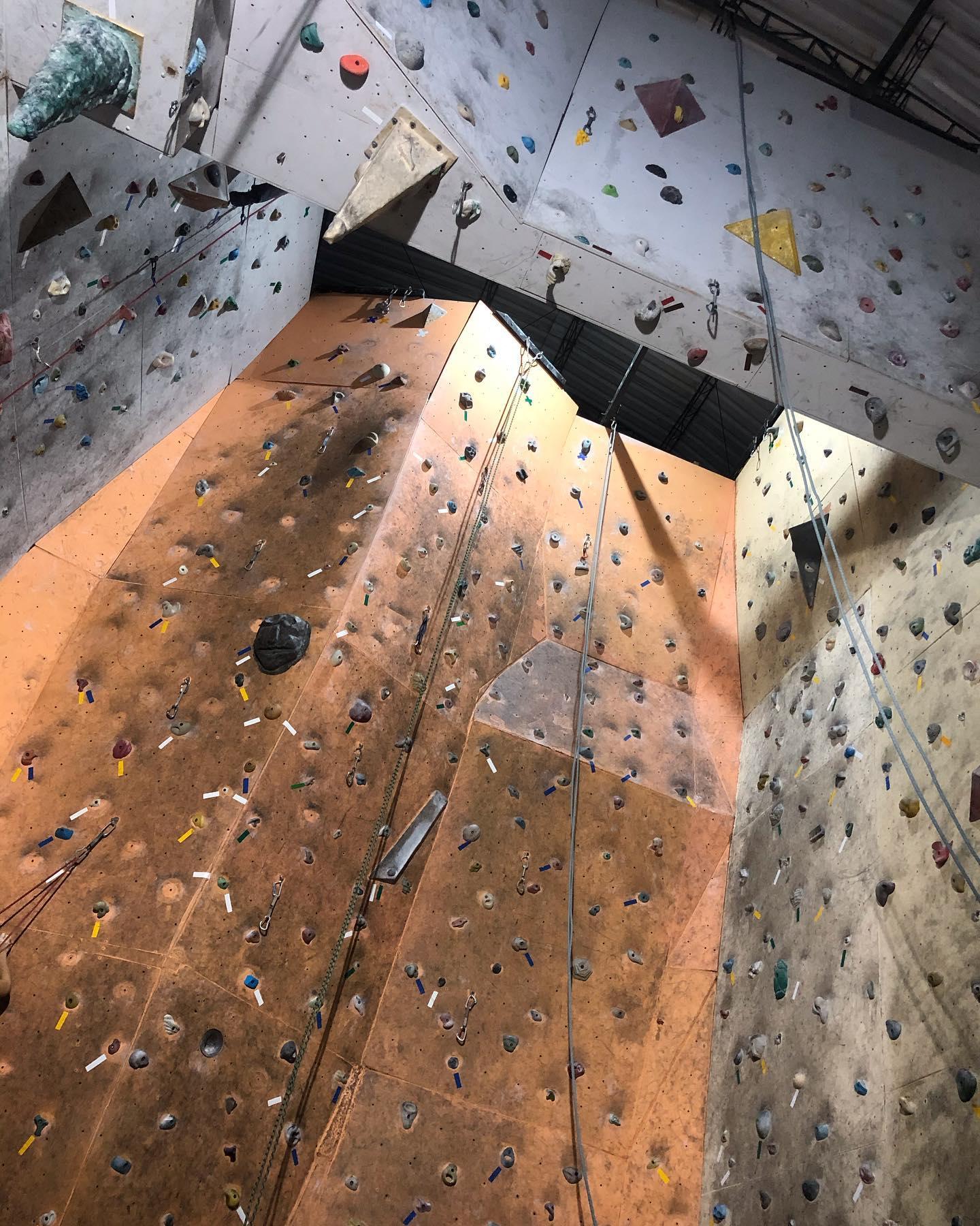 Muro de escalada en medellín Altitud-Aventura-Escuela-de-Escalada-y-Montanismo.