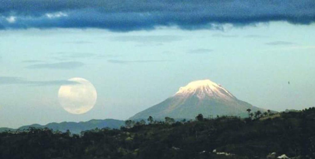 El-nevado-dulima-y-la-luna